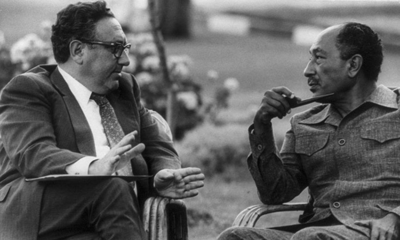 <p>'You can never, in American public life, underestimate the advantages of complete and total incomprehensibility.' Kissinger meets Anwar Sadat in 1976. <em>Photo wikipedia</em></p>
