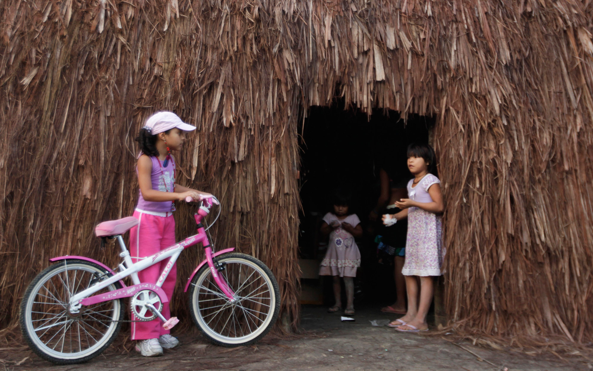 Resultado de imagem para Beatriz (L), 7, from Rio de Janeiro speaks with an indigenous girl at the Kari-Oca village as part of the 'Rio+20' United Nations Conference on Sustainable Development. Photo by Ricardo Moraes/Reuters