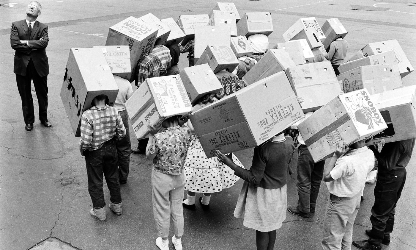 <p>Where to look? Preparing to view an eclipse in Maywood, Illinois, 1963. <em>Photo by Getty</em></p>