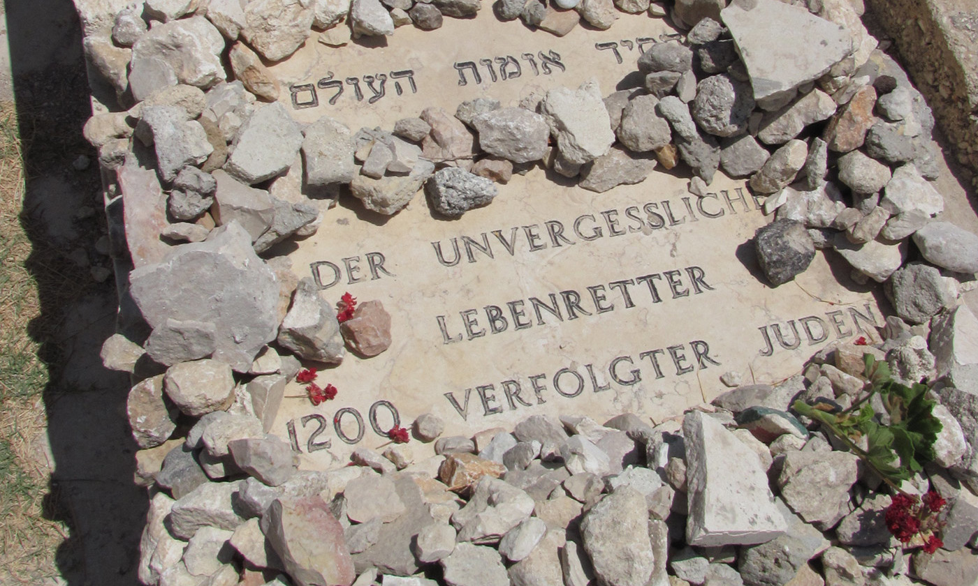 The grave of Oskar Schindler. The German phrase reads 'The Unforgettable Lifesaver of 1200 Persecuted Jews'. <em>Photo Wikipedia</em>
